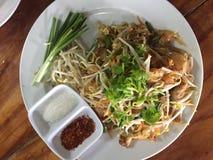 Pequeños tallarines de arroz sofritos del estilo tailandés con el cerdo, cuajada de habichuelas, brotes de haba Imagen de archivo libre de regalías