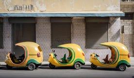 Pequeños taxis cubanos en línea fotografía de archivo