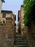 Pequeños tradicionales muy viejos italien la calle con la escalera foto de archivo