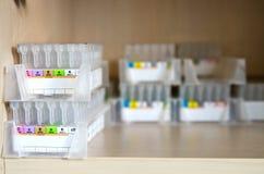 Pequeños tubos para la determinación de los grupos sanguíneos Foto de archivo