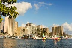 Pequeños veleros que compiten con cerca del puerto deportivo de Waikiki fotografía de archivo