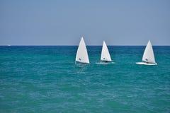 Pequeños veleros que navegan en las aguas tranquilas del mar adriático, Fotos de archivo libres de regalías