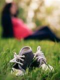 Pequeños zapatos como concepto del embarazo Imágenes de archivo libres de regalías