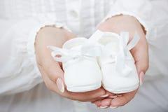 Pequeños zapatos de bebé Fotos de archivo
