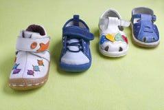 Pequeños zapatos del muchacho Fotografía de archivo