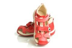 Pequeños zapatos rojos de los cabritos. Fotografía de archivo