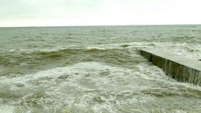 Peque?as fracturas de las ondas con el rompeolas en el Mar Negro cerca de Odessa Costa costa, el salpicar, estrell?ndose, seafoam almacen de video