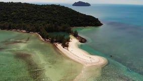 Peque?a isla de Koh Ma de la opini?n a?rea del abej?n, Ko Phangan Tailandia Paisaje panor?mico de la costa ex?tica, playa de Mae  almacen de video