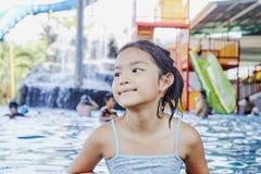 Peque?a muchacha asi?tica feliz en la piscina imágenes de archivo libres de regalías