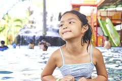 Peque?a muchacha asi?tica feliz en la piscina fotografía de archivo libre de regalías