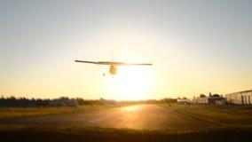 Peque?o aeroplano que se acerca con el cielo azul
