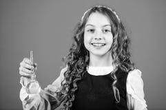 Peque?o cient?fico de la muchacha con el frasco de prueba Lecci?n del bilogy del estudio del ni?o investigaci?n de la ciencia en  fotos de archivo