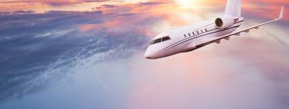 Peque?o vuelo privado del jetplane sobre las nubes hermosas imagenes de archivo