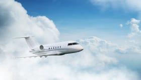 Peque?o vuelo privado del jetplane sobre las nubes hermosas imagen de archivo libre de regalías