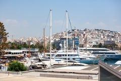 Peque?os barcos y yates de navegaci?n atracados en el puerto de Pireo, Grecia foto de archivo