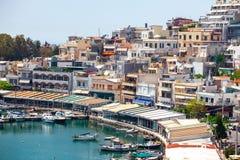 Peque?os barcos y yates de navegaci?n atracados en el puerto de Pireo, Grecia fotografía de archivo libre de regalías