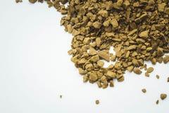 peque?os granos de caf? en un fondo blanco limpio imagenes de archivo