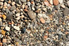 Peque?os guijarros de los guijarros bajo fondo de la foto de la superficie del agua imagen de archivo libre de regalías