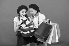 Peque?os ni?os de la muchacha con los bolsos de compras Amistad y hermandad Cumplea?os y regalos de Navidad internacional fotografía de archivo