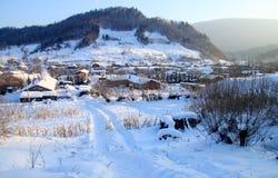 Pequeña aldea en invierno Imagen de archivo libre de regalías