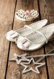 Pequeña bola de la muchacha o equipo del partido con los zapatos de ballet de plata Fotos de archivo