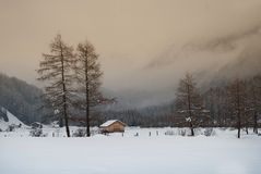 Pequeña cabina en valle de la montaña Imágenes de archivo libres de regalías