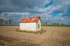 Pequeña casa blanca cerrada en el campo en otoño Fotografía de archivo