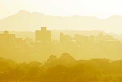 Pequeña ciudad cerca de la montaña Imagen de archivo