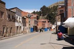 Pequeña ciudad en Bolivia en el lago Titicaca Foto de archivo libre de regalías