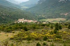 Pequeña ciudad en los Pyrenees franceses Foto de archivo libre de regalías