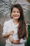 Pequeña muchacha con el paraguas del cordón Foto de archivo libre de regalías