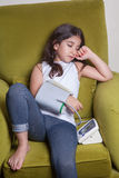 Pequeña muchacha de Oriente Medio que siente malo enfermo y que lleva a cabo el dispositivo digital de la presión arterial Foto de archivo libre de regalías