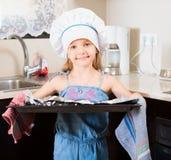Pequeña muchacha en pizza italiana preparada casquillo Foto de archivo