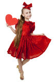 Pequeña muchacha juguetona con el corazón en sus manos Fotografía de archivo libre de regalías