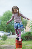 Pequeña muchacha linda en patio Fotos de archivo libres de regalías