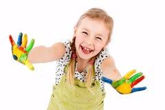 Pequeña muchacha linda que juega con colores Imagen de archivo