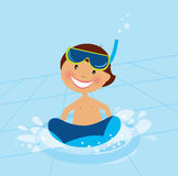 Pequeña natación del muchacho en piscina de agua Fotografía de archivo
