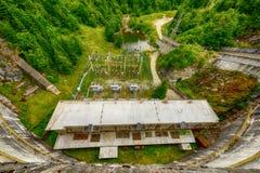 Pequeña presa eléctrica hidráulica que aprovecha poder de agua Fotografía de archivo