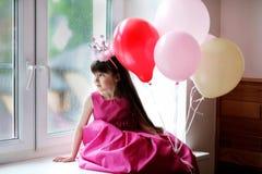 Pequeña princesa en baloons rosados de la explotación agrícola de la alineada Foto de archivo