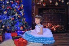 Pequeña princesa en el árbol de navidad Imágenes de archivo libres de regalías