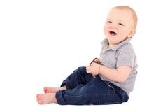 Pequeña risa divertida del niño del bebé aislada en blanco Imagen de archivo libre de regalías