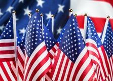Pequeñas banderas americanas en el fondo Imagen de archivo libre de regalías