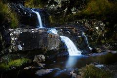 Pequeñas caídas y cala en la montaña, Escocia Foto de archivo libre de regalías