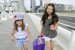 Pequeñas muchachas del estudiante que van a la escuela en ciudad Imágenes de archivo libres de regalías
