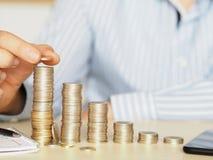 Pequeno às grandes torres feitas com moedas foto financeira do koncept que mostra o aumento fotos de stock