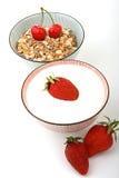 Pequeno almoço, bacia de cereal e leite com frutas Foto de Stock