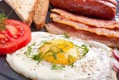 Pequeno almoço clássico com ovo fritado fotografia de stock