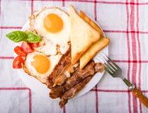 Pequeno almoço com bacon e os ovos fritados Imagem de Stock Royalty Free