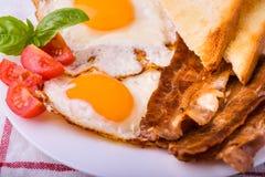 Pequeno almoço com bacon e os ovos fritados Imagens de Stock