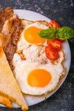Pequeno almoço com bacon e os ovos fritados Fotos de Stock Royalty Free